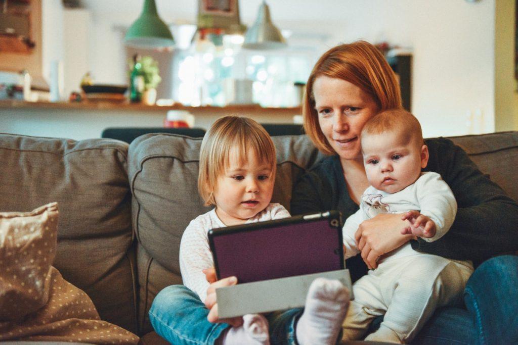 Une maman garde ses enfants chez elle suite au coronavirus