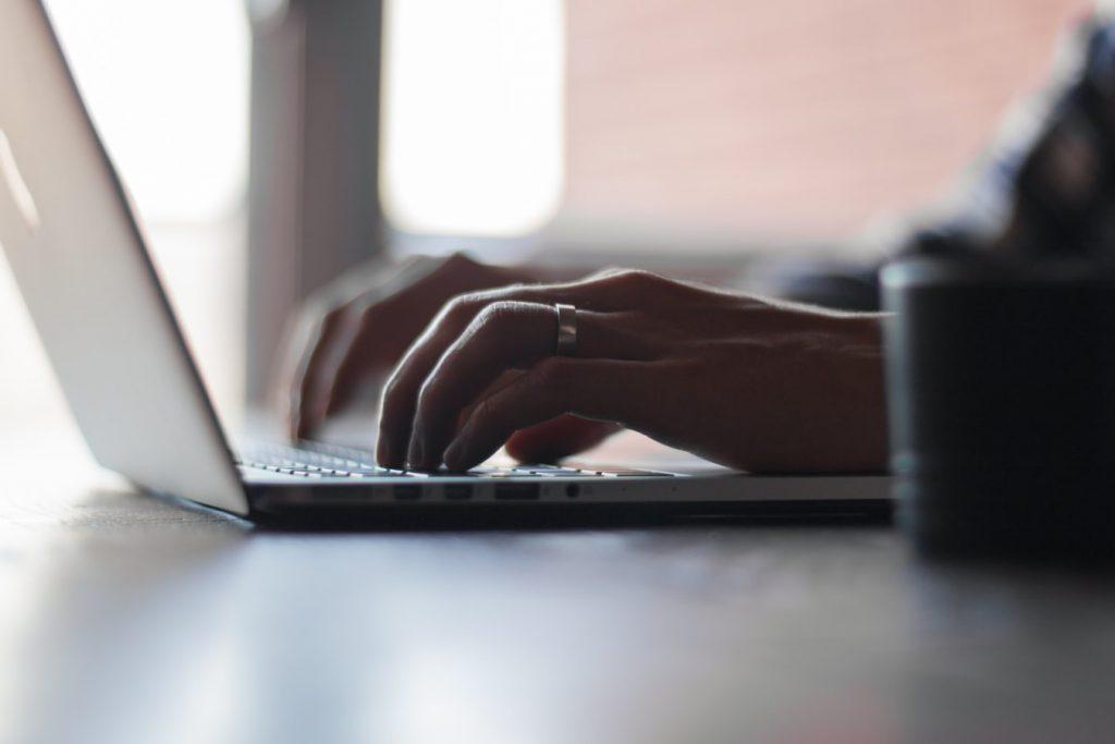 Une personne déclarant la mise en activité partielle sur son ordinateur
