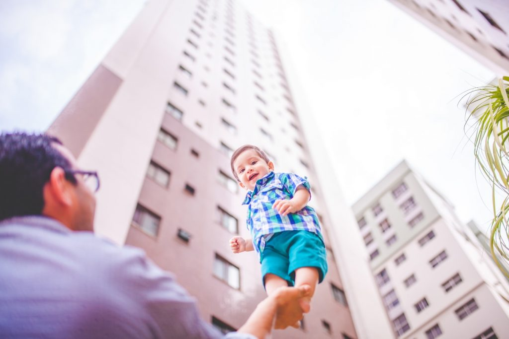 Un papa soulevant son enfant dans les airs