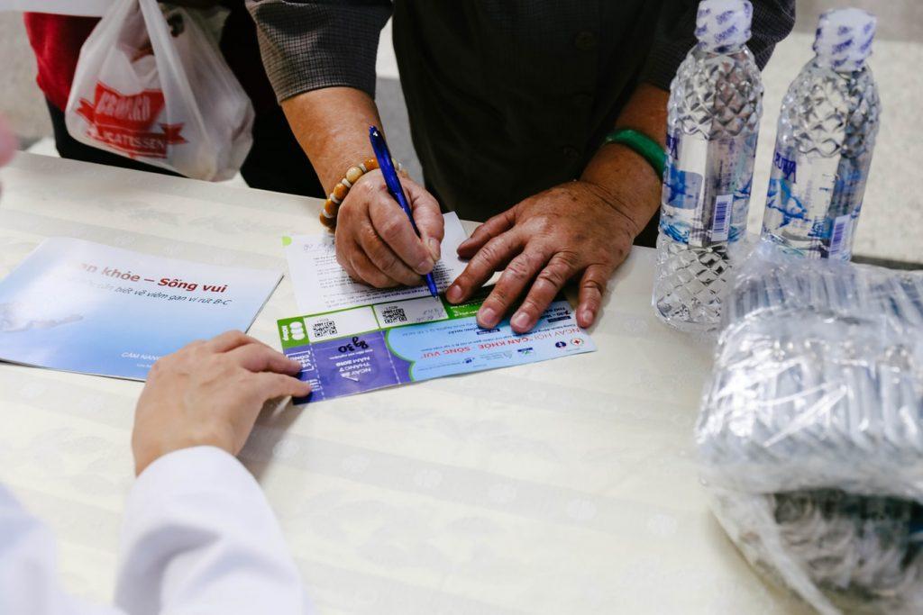 Intérim en arrêt maladie : personne signant un papier