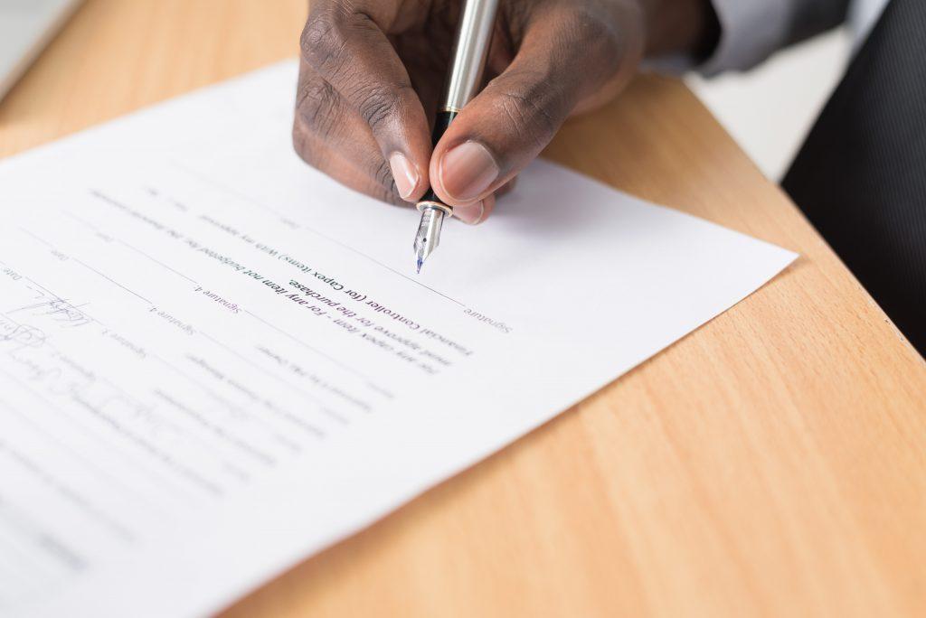 Une personne signant son contrat intérim