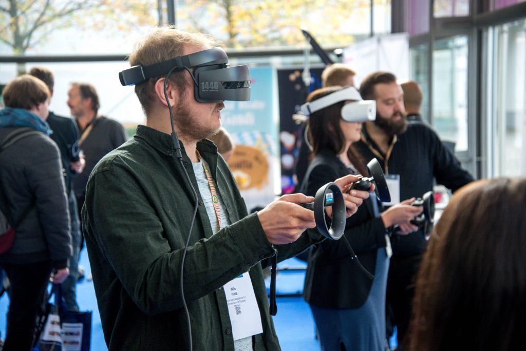 Personne testant un jeu en réalité virtuelle