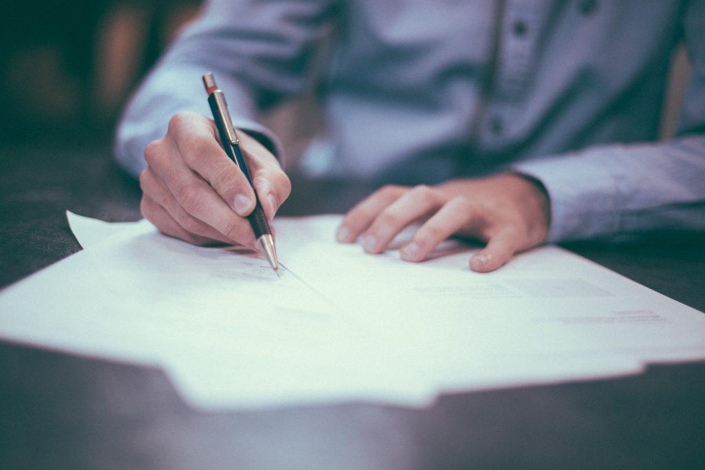 Un intérimaire signant son contrat de travail temporaire